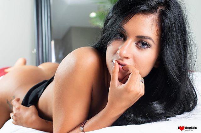 Nude vipergirls Kaley Cuoco